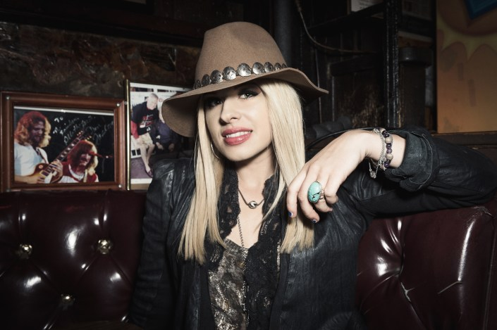 Orianthi - guitarist by Julien ZANNONI