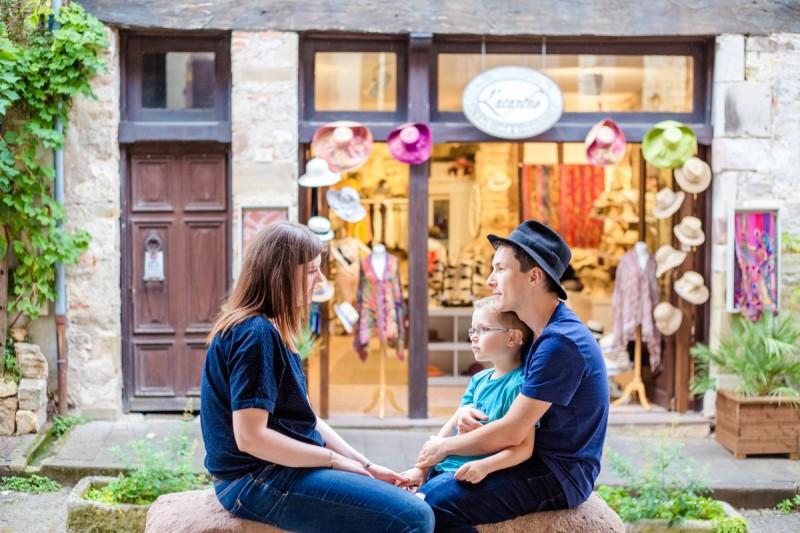 Photographe famille Julie Rivière photographie Cordes sur ciel Village couleurs Etienne Cécile Jérémy