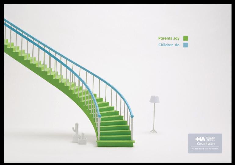 escalera pintada de verde y barandas de color azul