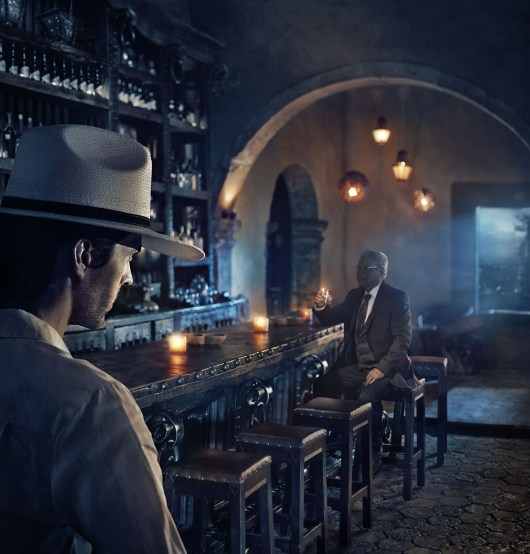 hombre tomando en un bar