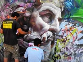 image 2 - Grafitis callejeros con personajes mitológicos