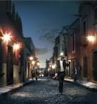 hombre caminando en calle empedrada