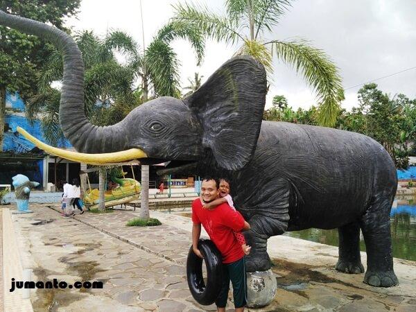 foto bareng patung gajah di butterfly gisting