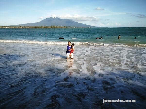 foto keseruan bermain ombak di pantai embe atau mbeach kalianda lampung selatan