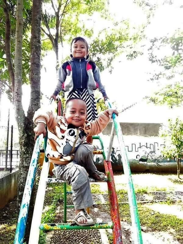 foto alya dan fiqih bermain di taman wisata sentul garden purbalingga