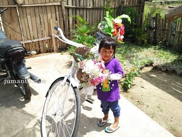 foto dengan sepeda bunga cantik