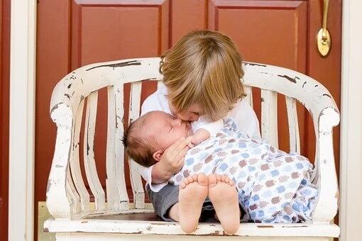 gambar contoh kerja sama di lingkungan keluarga dengan membantu ibu