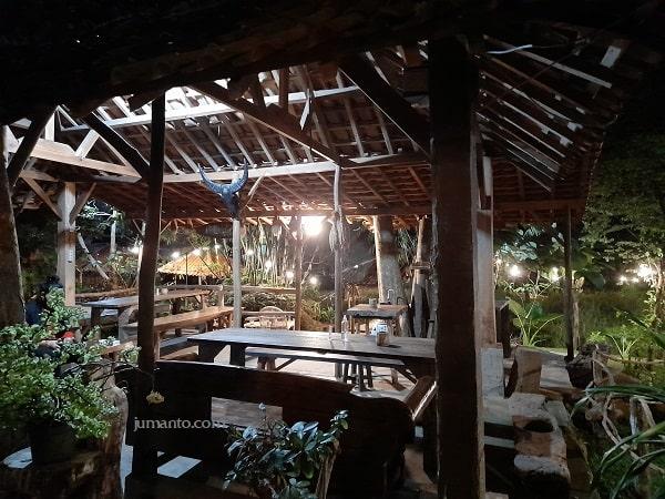 foto gambar maknoni cafe village saat malam hari buat nongkrong