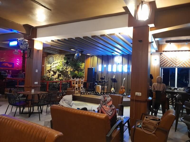 tempat makan lantai 2 d'krucil cafe lampung