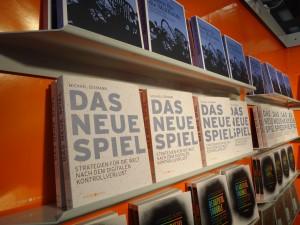 Hier ein Bild des ausgestellten Bandes von Michael Seemann am Stand des Orange Press Verlags