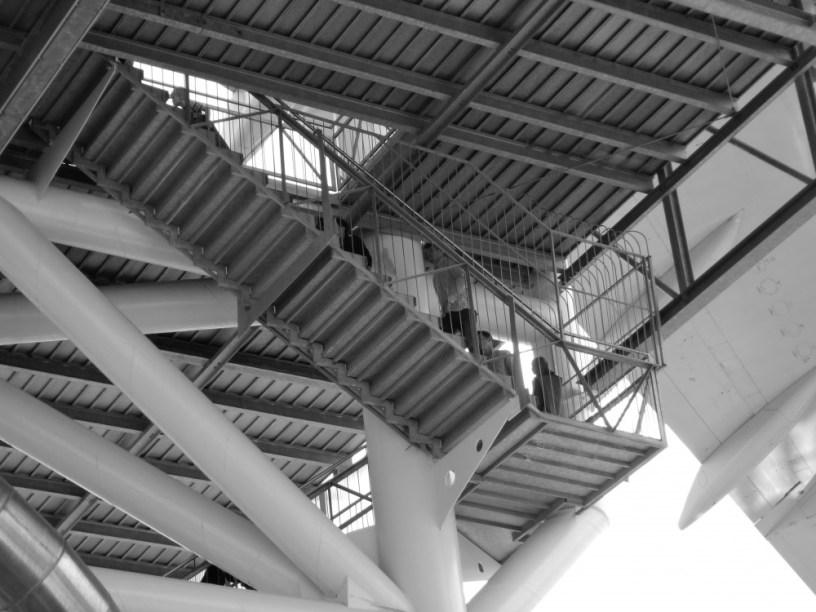 Hier ist ein Bild einer hohen Konstruktion aus Stahl zu sehen, die über eine Treppe erreicht werden kann. Ich fand das als Symbolbild für eine Art Himmelsleiter sehr treffend. Früher hatte man uns erzählt, das sei der Weg, wie die Verstorbenen zu Gott kämen. Diese hier steht allerdings in Speyer und führt zu einem Jumbo-Jet, den man im Technikmuseum besichtigen kann.
