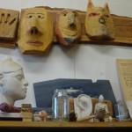 Masken und Dekoration in der Werkstatt