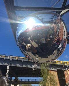 Selfie mit Hilfe eines silbernen Luftballons