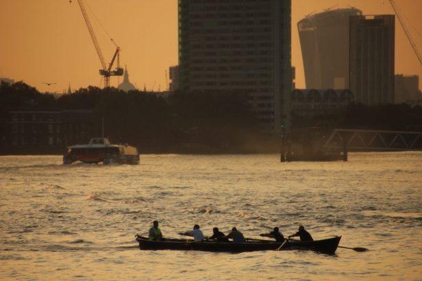 Eines meiner Lieblingsbilder ist hier zu sehen: Ein Ruderboot auf der Themse gegen die untergehende Sonne.