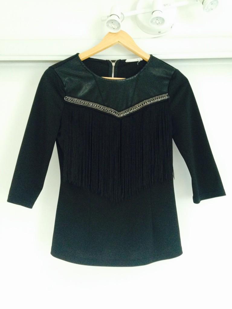 Dit shirtje in maat S met fringles mag weg voor €7,50. Exclusief verzendkosten
