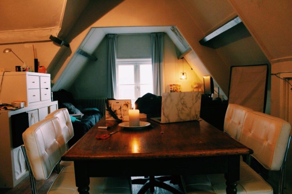 eettafel en woonkamer