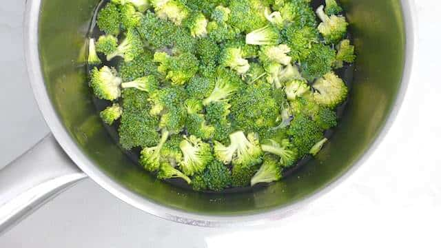 Here is my healthy and colorful broccoli salad recipe with cherry tomatoes, lentils, red onion and a light milk dressing...