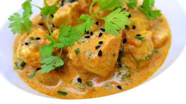 Classic chicken tikka masala recipe: what a creamy Indian curry! And the perfect recipe if you want to show off some Indian cooking skills at home...
