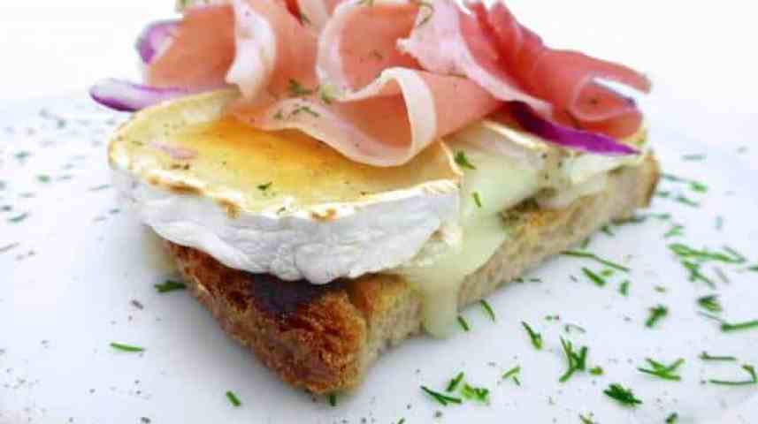 My crunchy grilled goat cheese and prosciutto toast with green pesto and red onion... Let's call this lunch recipe a winner then!