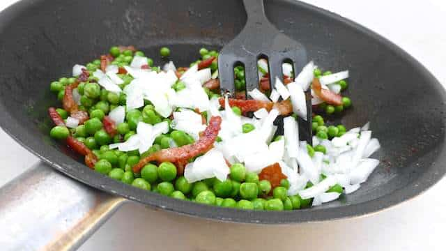 Sweet green peas, salty crisp bacon, crunchy onion and fresh mint leaves... This peas and bacon salad is a great side dish for steak!