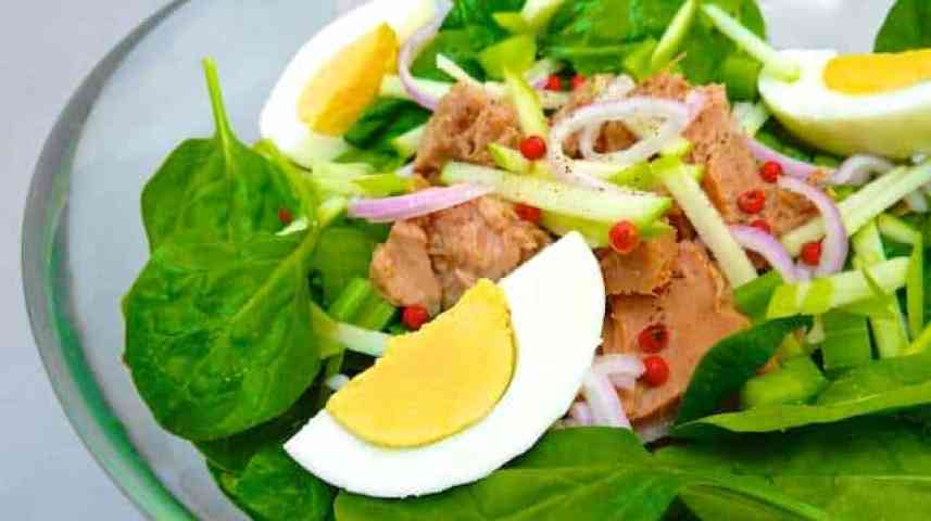 My crispy spinach salad recipe with tuna: a light but very filling healthy lunch salad recipe that doesn't break the budget...