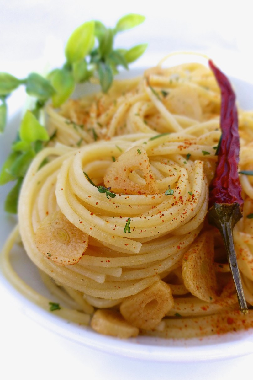 A simple Italian classic: olive oil, garlic and dried chili spaghetti also known as aglio e olio... Now how easy is that?
