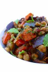My super easy oven roasted eggplant, bell pepper, lentils and spicy harissa salad: a delicious mediterranean salad recipe...