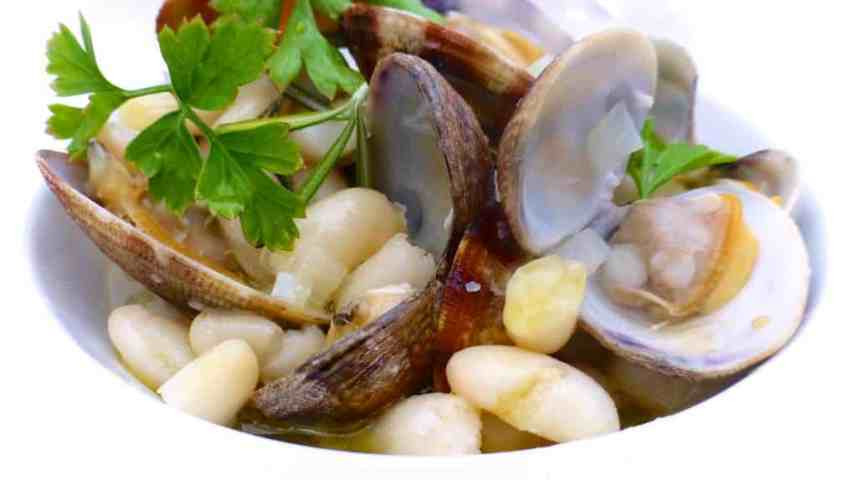 Do you love fresh clams? Then you will absolutely adore these beans and clams with white wine... A surprising and delicious combo!