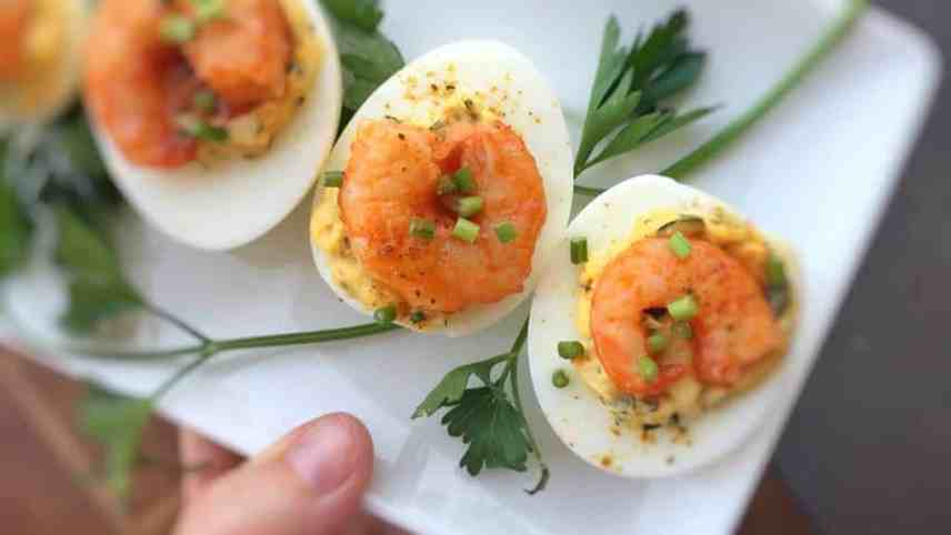 Appetizer, snack or lunch: these buffalo shrimp deviled eggs are a-mazing! That creamy egg yolk filling and the spicy prawns are a match made in heaven...
