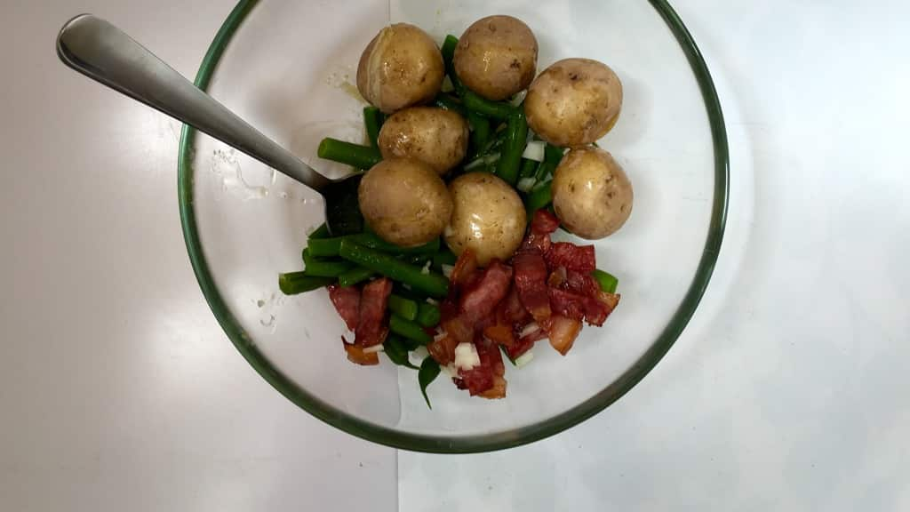 Bacon, green beans, cooked potatoes and hard-boiled eggs in a vinegar dressing... enjoy this crunchy Belgian salade Liegeoise!