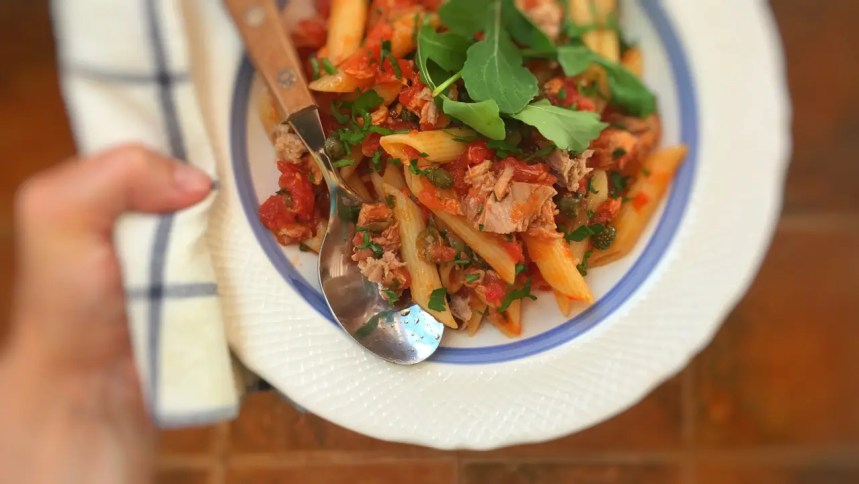 So then, are you looking for a funky spaghetti sauce? Try this easy tuna pasta sauce: al dente penne with a chunky tuna and tomato sauce... Ready in 15 minutes!