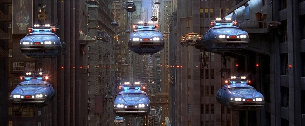 Image montrant une ville avec des voitures volantes