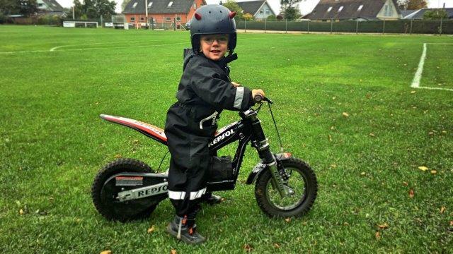 Sørg for at der er masser af plads, og at I er alene når barnetg første gang skal prøve motorcykel