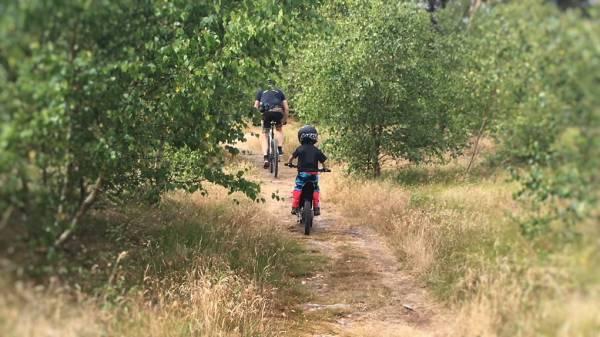 Det er et skøn afbræk fra den normale træning, at supplere med lidt Single Track træning med barnet på motorcykel