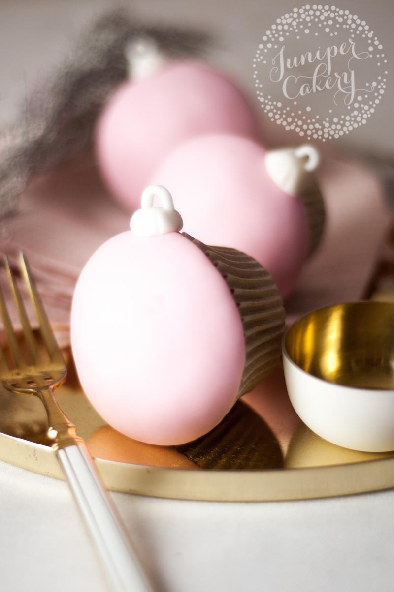 Stylish Christmas ornament cupcake tutorial