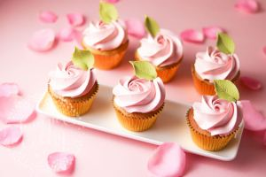 Tutorial: How To Pipe Easy Rose Buttercream Cupcakes!