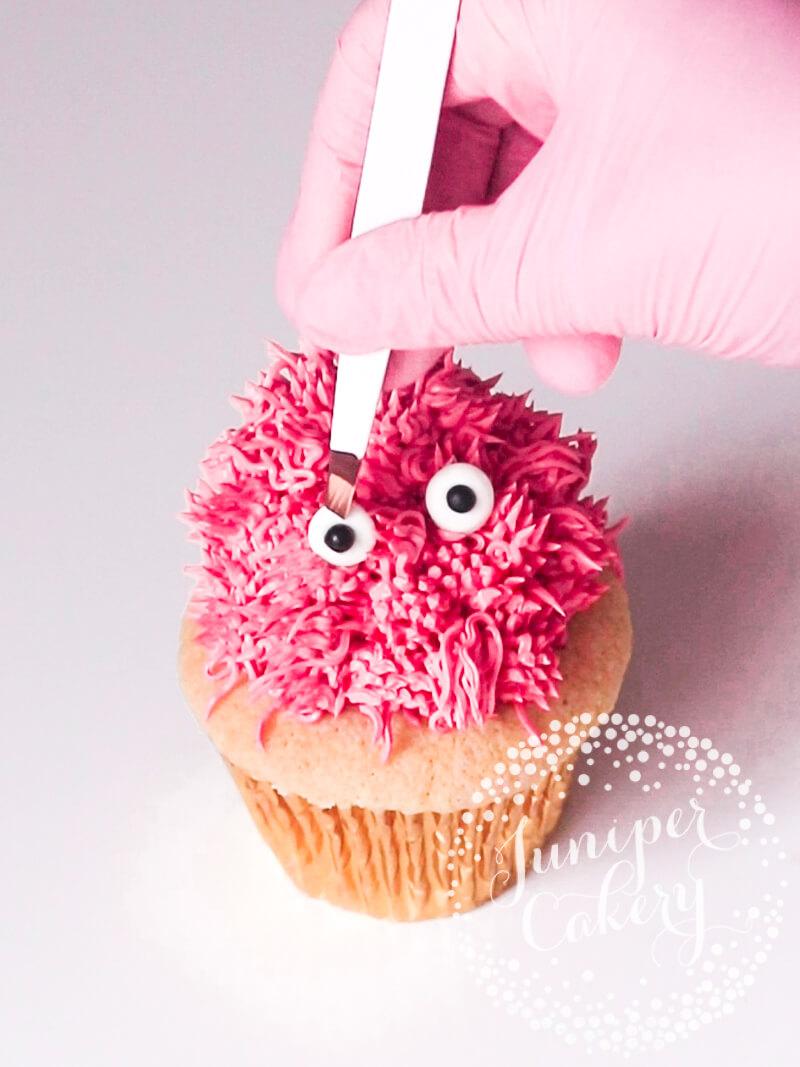 Cute Valentine cupcake idea by Juniper Cakery