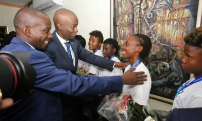 Jovenel Moïse accueille chaleureusement les Grenadières 40