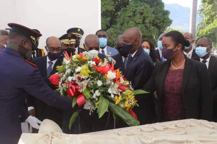 Jour des aïeux : Jovenel Moïse dépose une gerbe de fleurs à l'autel de la patrie, au champ de mars