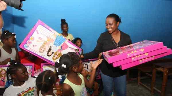 Martine Moïse distribue des cadeaux à des enfants du pays pour la Noël
