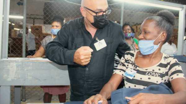 Le président du MTVAyiti, Dr Réginald Boulos visite les femmes au Parc industriel