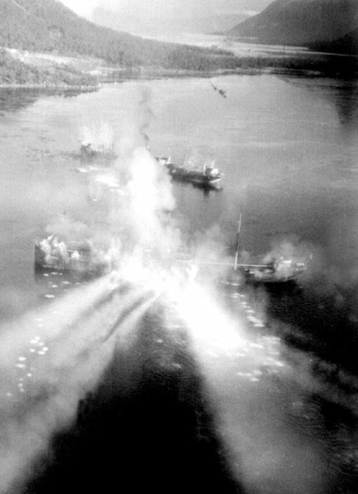Le Beaufighter piloté par le lieutenant L.C. Boileau, 404e Escadron, attaque les navires marchands Aquila et Helga Ferdinand à coup de roquettes, à Fjord Migdulen, le 8 novembre 1944. Les deux navires ont été coulés.