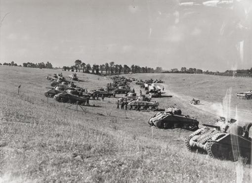Rassemblement de chars d'assaut du Régiment de blindés de Fort Garry prêts à quitter Bretteville-le-Rabet en Normandie pour une attaque à midi lors de l'Opération Tractable, 14 août 1944.