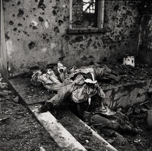 La mort, réalité inévitable de la guerre. Ces soldats canadiens ont été tués lors d'une patrouille à Wyler en Allemagne, 9 février 1945.