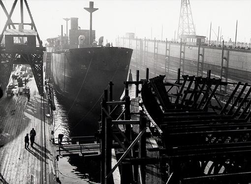 Navires marchands en construction à Vancouver, le 17 décembre 1941.
