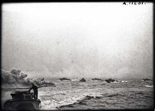 Péniches de débarquement des troupes d'assaut de l'opération Jubilee. Un écran de fumée s'élève sur la gauche pour cacher les embarcations au tireurs ennemis. Au large de Dieppe, 19 août 1942.