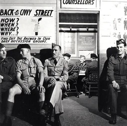 Des militaires démobilisés attendent d'être reçus par les conseillers en réhabilitation de l'Armée à Toronto. De gauche à droite, les soldats E. Robinson, D. Owens et J.A. Lenartowicz, ainsi que le sergent E.J. O'Keefe.