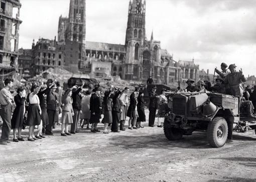 Les convois de la 2e Division d'infanterie canadienne passent à travers Rouen le 31 août 1944.