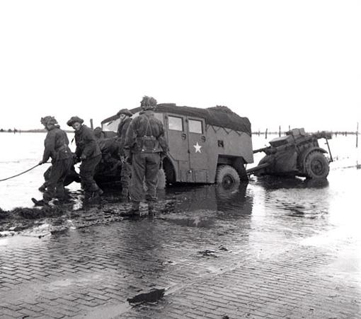 Un camion d'artillerie avec canon en remorque a glissé hors de la route dans la région inondée du Beveland, le 28 octobre 1944.