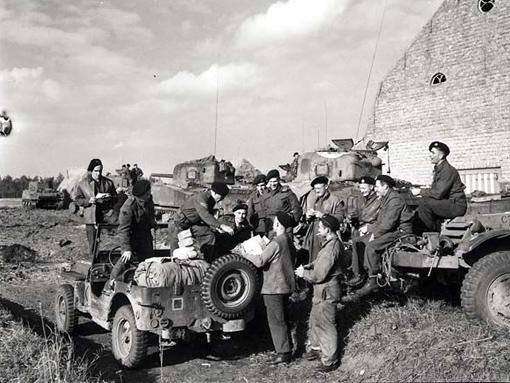 La jeep postale de l'Escadron « A » des Fort Garry Horse à son premier arrêt de livraisons en France ou en Belgique, le 11 octobre 1944.